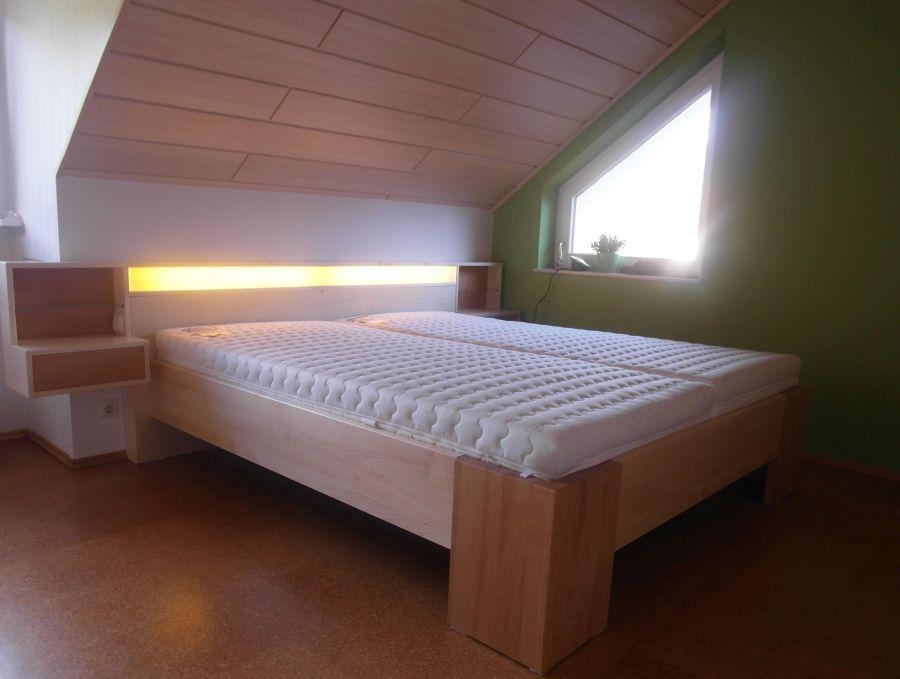 Schlafzimmer. Doppelbett Dachschraege. ...
